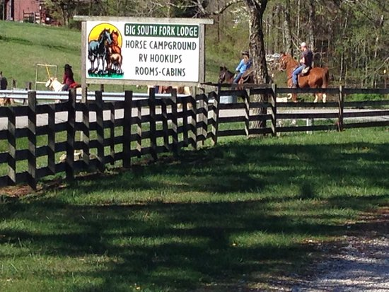 Big South Fork Lodge & Horse Campground : Horse Owner Guests starting out on a ride