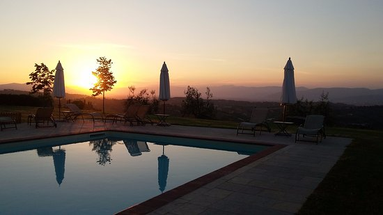 Tenuta Torre Rossa Farm & Apartments: sunset near the pool city of Firenze in the background