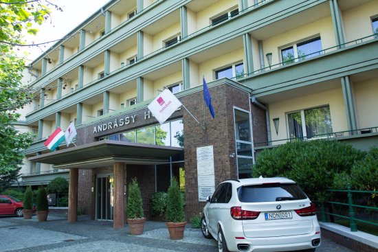 Mamaison Hotel Andrassy Budapest: Front Entrance on Quiet Side Street