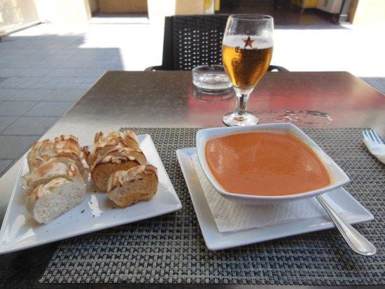 Maliks: Gazpacho con pane tostato e birra