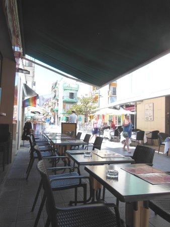 Maliks: I tavoli all'aperto lungo la via