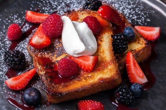 Psomi kai Alati: French toast με κόκκινα φρούτα