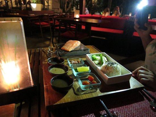 Rin at Conrad Bali: Стейк из лосося на горячем камне