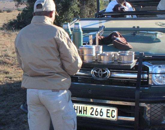Amakhala Game Reserve, South Africa: Nosso Ranger preparando o lanche do pitstop durante o safari - game. Comidas regionais intrigant