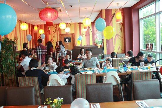 Panda Chinese Restaurant: friends are enjoying themself