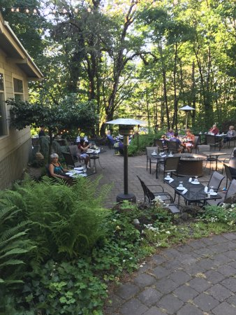 Stonehedge Gardens Wine Country Bistro : A beautiful outdoor garden setting.