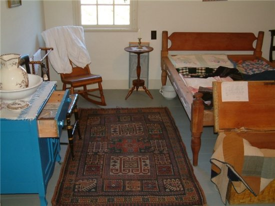 Hendricks Hill Museum: The spare bedroom, prepared for a guest..