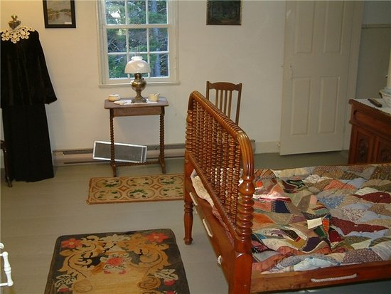 Hendricks Hill Museum: The master bedroom with spool bed and handmade quilt.