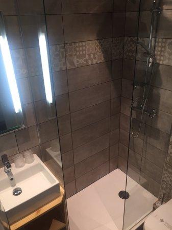 Salle de bain renovee photo de kyriad brive la gaillarde for Carrelage brive la gaillarde