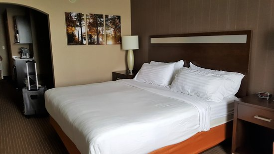 Holiday Inn Express Hotel & Suites Watertown-Thousand Islands: Comfy & Cozy Bed