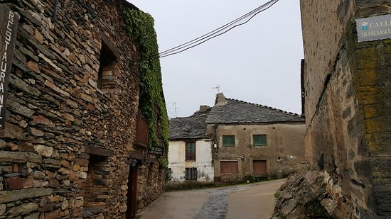 Valverde de los Arroyos, España: el edificio a la izda