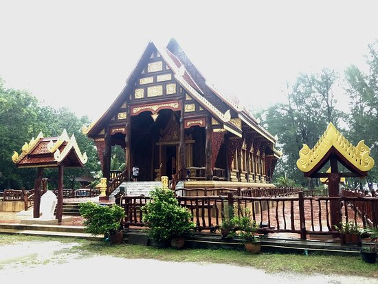 Phang Nga, Thailand: Wooden temple on the beach