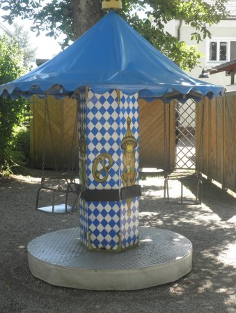 Planegg, Allemagne : A children's carousel in the playground