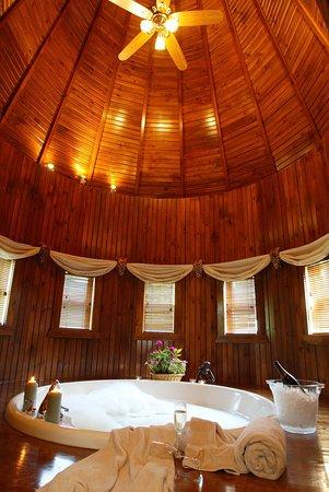 ชารอน, เพนซิลเวเนีย: Jacuzzi in Grand Turret Room