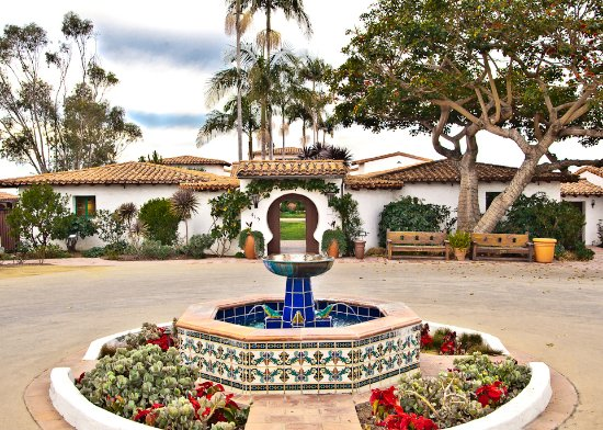San Clemente, Kalifornien: The entrance to Casa Romantica is accented by an ornate fountain with custom Spanish tiles.
