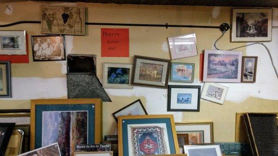 "Clinton, Canada: ""pretty good art"" upstairs"