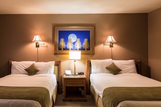Tsa-Kwa-Luten Lodge: Main lodge room with two double beds