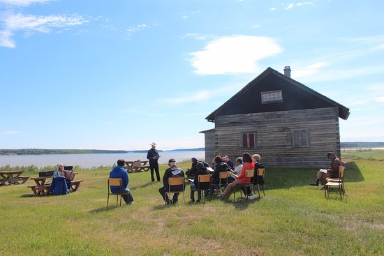 Fort Simpson, Canadá: Outdoor church service at the confluence of the Mackenzie and Liard Rivers