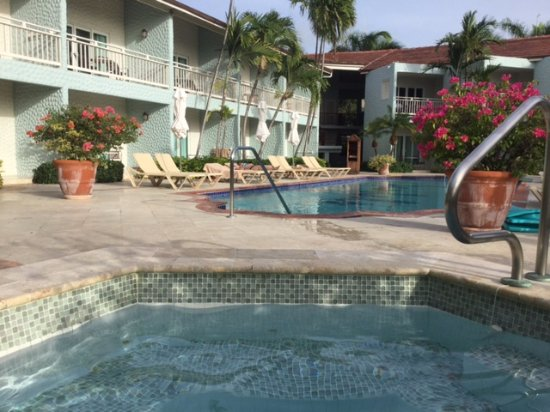 Sandals Grande Antigua Resort & Spa: Sunset Bluff Pool and Hot Tub.