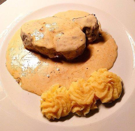 El Almacen : Solomillo con salsa de queso Valdeón acompañado de puré de patata. Buenísimo.