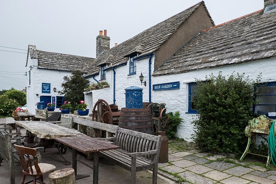 Worth Matravers, UK: The nearby pub where you will have a great time but no food!