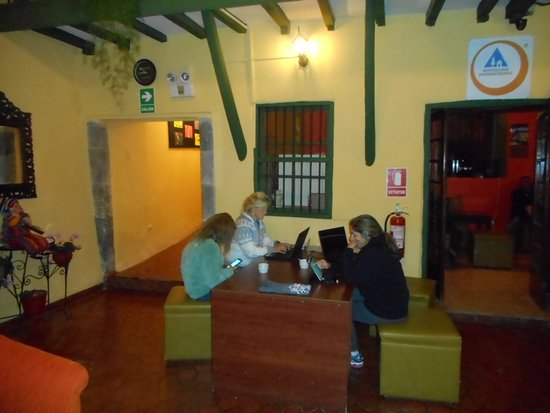 Hostal Mallqui: Internet and facebook addicts getting their FIXES, shhh no talking!