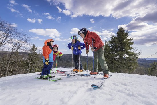 Madison, Нью-Гэмпшир: Family-friendly skiing and snowboarding at King Pine Ski Area