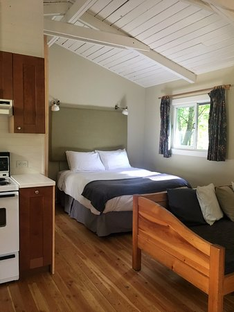Brackendale, Canada: bedroom and kitchenette