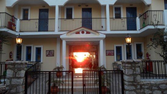 Castellania Hotel: Sunrise through the reception doors