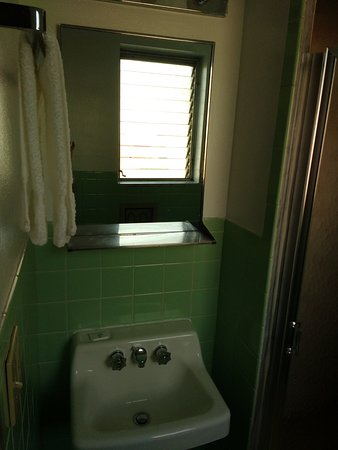 Budget Host Inn Somerset: Jalousie windows and minty tile