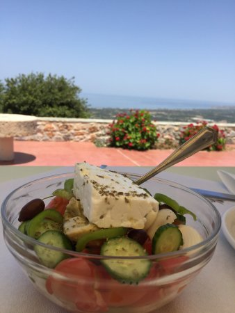 Maroulas, Greece: Excellent déjeuner dans la taverne Armos ! Vous pouvez y aller les yeux fermés, pour manger de b