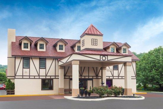 Baymont Inn & Suites Helen : Front of Hotel