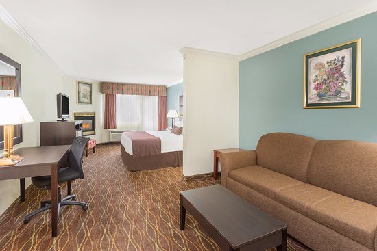 Baymont Inn & Suites Helen : King Room w/ Fireplace, Balcony and Sofabed