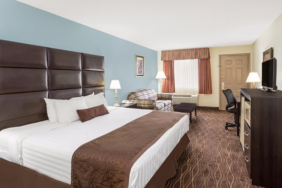 Baymont Inn & Suites Helen : Standard King Room w/Sofabed