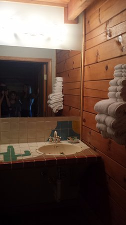 Campton, KY: Clean bathroom with cactus tiles and nicely folded towels