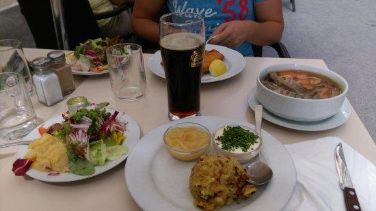 Reinthaler's Beisl: Insalata con patate e bollito di carne (che era troppo cotta)con birra doppio malto