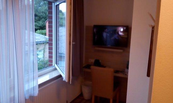 Delmenhorst, Germany: Kącik z telewizorem i miejscem do pisania lub pracy