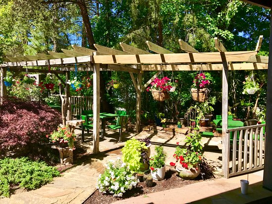 Grand Rivers, KY: Lovely outdoor seating overlooking the beautiful gardens of Patti's Settlement