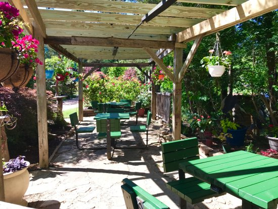 Grand Rivers, Κεντάκι: Outdoor Cafe Dining by the famous Waterwheel