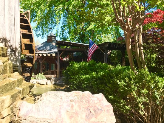 Grand Rivers, Κεντάκι: Pretty view of Patti's Water Wheel while dining at The Grist Mill Cafe