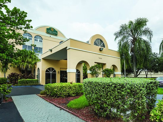 La Quinta Inn & Suites Miami Lakes: ExteriorView