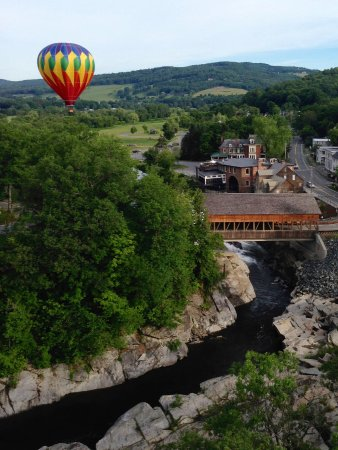 Quechee, Vermont: Passing Quechee Covered Bridge on Ottauquechee River