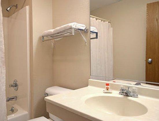 Americas Best Value Inn- Galesburg : Bathroom