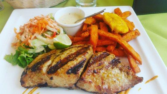 Villa Royale: Mahi mahi grillé mariné à la créole et frites de patates douces