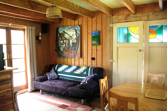 Whanganui, Nya Zeeland: The Riverboat cottage, open plan lounge and kitchen area