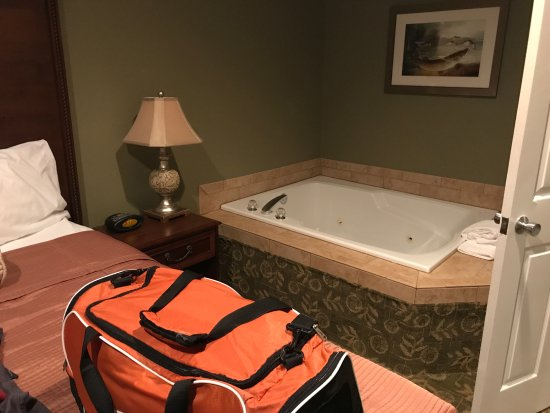 Best Western Salbasgeon Inn & Suites of Reedsport: Double seated jetted bath tub in King size bedroom