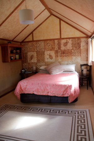 Whanganui, New Zealand: The Riverboat cottage, upstairs bedroom with views over the river