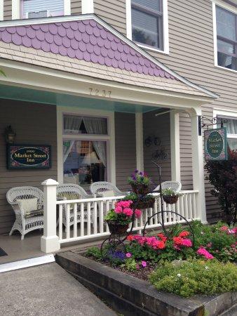 Market Street Inn: Lovely color greets you.