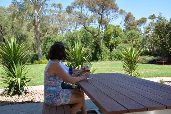 Greenock, Austrália: Enjoy your wine outside in the Kalleske Cellar Door Garden