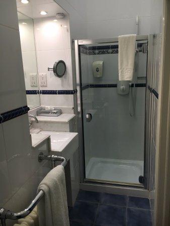 Highfield House: Large modern bathroom